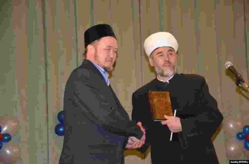 Аслана мәчете имамына Фатыйх Гарифуллин изге китапны тапшыра