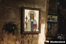 Изображение святой Нино с крестом из виноградной лозы в монастыре Джвари недалеко от Тбилиси