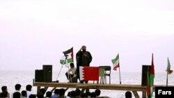 تصویری از «دانشجويان متحصن» که در دوم اردیبهشت قصد داشتند عازم بحرین شوند.