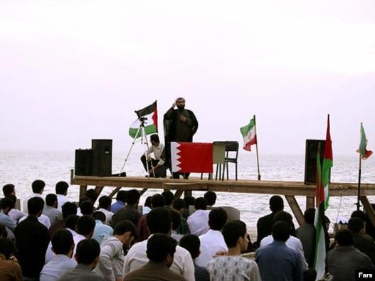 تجمع دانشجویان خواهان یاری رساندن به مردم بحرین در بوشهر پیش از عزیمت