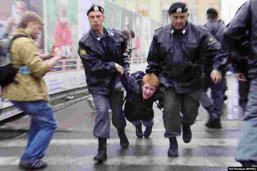 Акция продолжалась не более 30 секунд – ожидавшие на площади полицейские в течение нескольких минут задержали всех протестующих и погрузили их в автобусы.