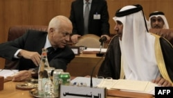 نبیل العربی، دبیرکل اتحادیه عرب، در کنار حمد بن جاسم وزیر خارجه قطر