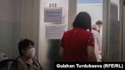 Вакцина алуу үчүн кезек күткөн жарандар. 18-май, 2021-жыл.