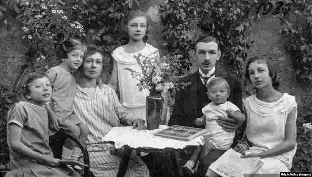 Az idilli hangulatú kép a Krón családról készült 1927-ben.  A képre és a családról készült további fényképekre Szőcs édesapja bukkant egy marosvásárhelyi ócskapiacon.Miután felkerült az internetre a fotó, a hozzászólásokból megismerhette mindenki az egész család történetét. Megtudhatták azt is például, hogy a kép bal szélén álló lány később öngyilkos lett, a csecsemőből pedig híres bábszínész vált.