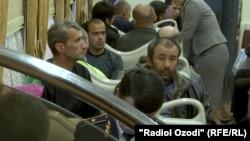 Граждане Таджикистана, отправляющиеся на заработки в Росиию железной дорогой. Душанбе, 23 ноября 2017 года.