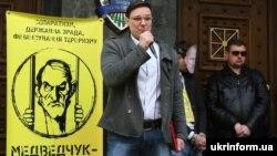 Народний депутат України Сергій Висоцький виступає під час мітингу в рамках кампанії «Медведчук підарешт» під стінами Генеральної прокуратури України. Київ, 5 квітня 2016 року