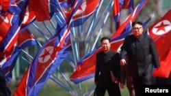 Ким Чен Ын (справа) – наследник и продолжатель режима личной власти, установленного его дедом Ким Ир Сеном