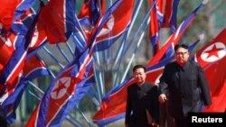 Kim Jong-un dolazi na ceremoniju otvaranja stambenog kompleksa, Pjongjang, 13. april 2017.