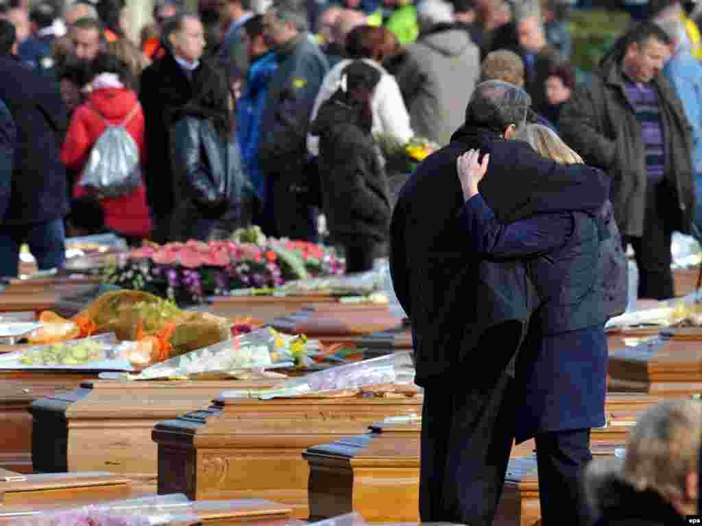 В Италии сегодня хоронят жертв землетрясения. По последним данным, погибли 283 человека