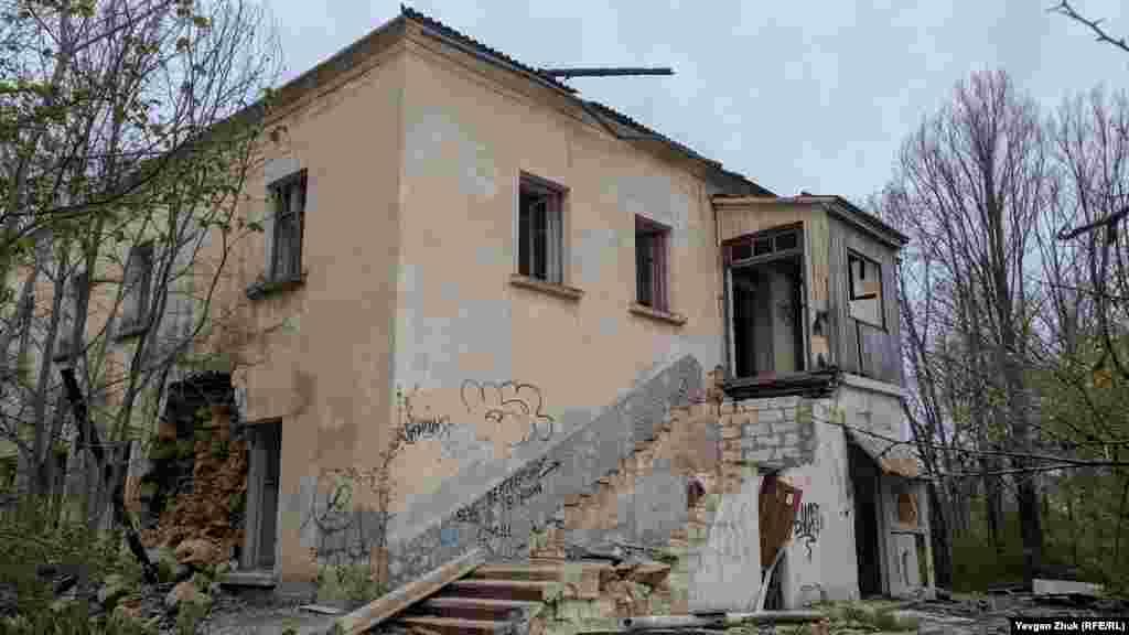 Двухэтажный корпус построен до войны