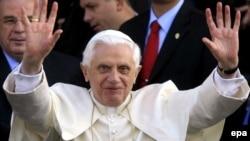پاپ به نامه رییس جمهوری اسلامی ایران پاسخ نداده اما از مقامات ایران خواسته در برنامه اتمی خود با جامعه بین المللی همکاری کنند.