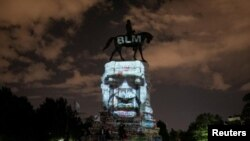 Umetnička instalacija u Mičigenu, projekcija fotografije lica Džordža Flojda