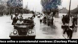 16 mai 1970. Nicolae Ceauşescu în mijlocul cetăţenilor de la Satu Mare, pe timpul inundaţiilor. Sursa: Fototeca online a comunismului românesc, cota: 1/1970