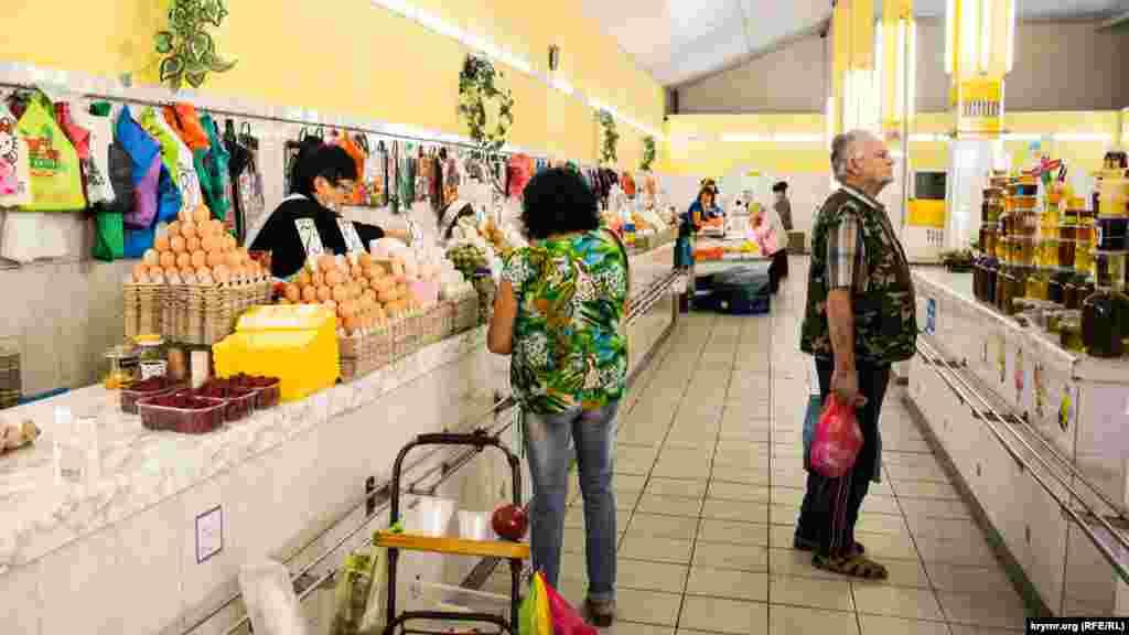 На центральному ринку в Сімферополі продавець, наприклад, працює без маски