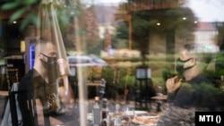 Egy étterem vendégei maszkban beszélgetnek Nyíregyházán, 2020. november 2.