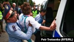 Полиция задерживает женщину в центре Алматы. 12 июня 2019 года.