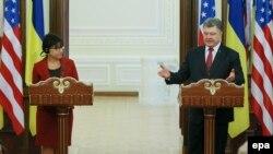 Президент України Петро Порошенко та міністр торгівлі США Пенні Пріцкер під час брифінгу у Києві. 26 жовтня 2015 року