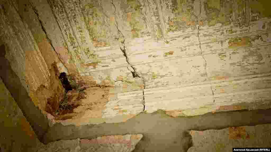 На аварійній стелі видно сліди, можливо, ще дореволюційної ліпнини