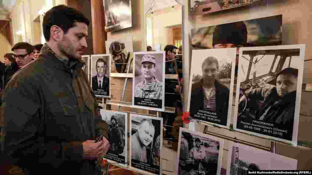 Ахтем Сеїтаблаєв – режисер фільму «Кіборги» біля портретів загиблих оборонців ДАПу на вечері пам'яті у Центральному будинку офіцерів Збройних сил України