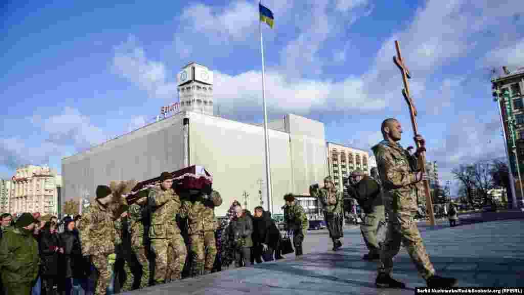 Почесна варта несе труни «айдарівців». Це сумна традиція від початку війни на Донбасі – проводжати учасників бойових дій в останню дорогу на майдані Незалежності