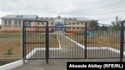 Закрытые ворота школы в сельской местности в Жамбылской области.