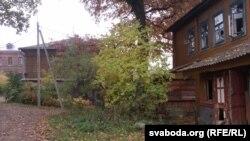 Побач з помнікам архітэктуры разбураецца ўжо адселены двухпавярховы драўляны дом