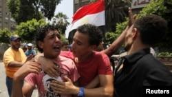 "Morsini goldaýan ""Musulman doganlar"" atly syýasy toparyň agzasy, Kair, 8-nji iýul, 2013."
