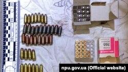 За результатами проведених обшуків поліцейські вилучили у підозрюваного різну зброю і патрони різного калібру
