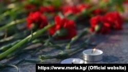 Цветы и свечи. Иллюстративное фото.