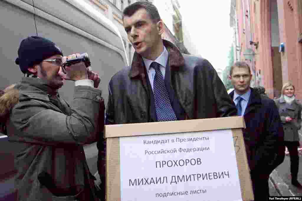 Михаил Прохоров привез свои подписные листы на одном микроавтобусе Мерседес и сам отнес одну коробку в ЦИК.