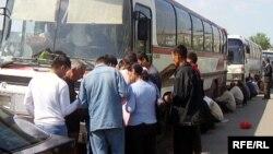 Автобус с трудовыми мигрантами из Таджикистана, направляющимися в Россию, на казахстанско-узбекистанской границе.
