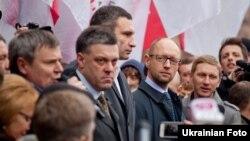 Олег Тягнибок (у центрі) разом з іншими лідерами опозиції