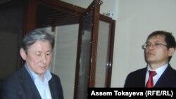 Жаксылык Кулекеев и его адвокат Салимжан Мусин в зале суда. Астана, 7 ноября 2008 года.