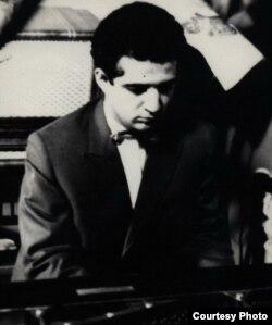 Gənc Vaqif Səmədoğlu piano çalır, foto: modern.az