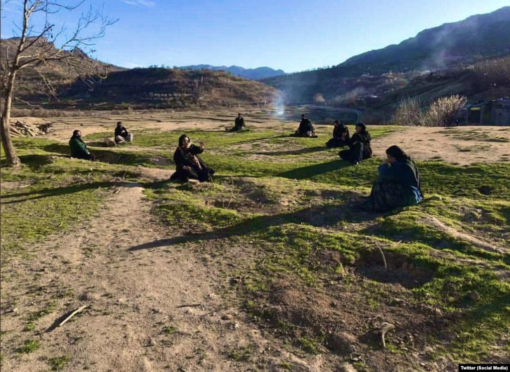 Ирандын Лурестан аймагында жашаган аялдардын жолугушуусу.