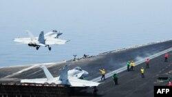 جنگندههای اف ۱۸ آمریکا (در تصویر) در این حملات شرکت داشتهاند
