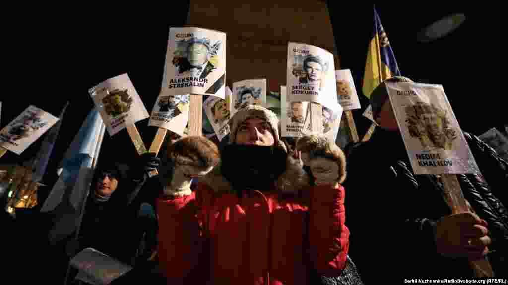 Qırım.Aqiqat muhbiri haber etkenine köre, Kyivniñ merkezinde 200-den ziyade insan toplanğan. Olar ellerinde yarımadadaki siyasiy mabüs ve ğayıp olğanlarnıñ resimlerini tuta ekenler