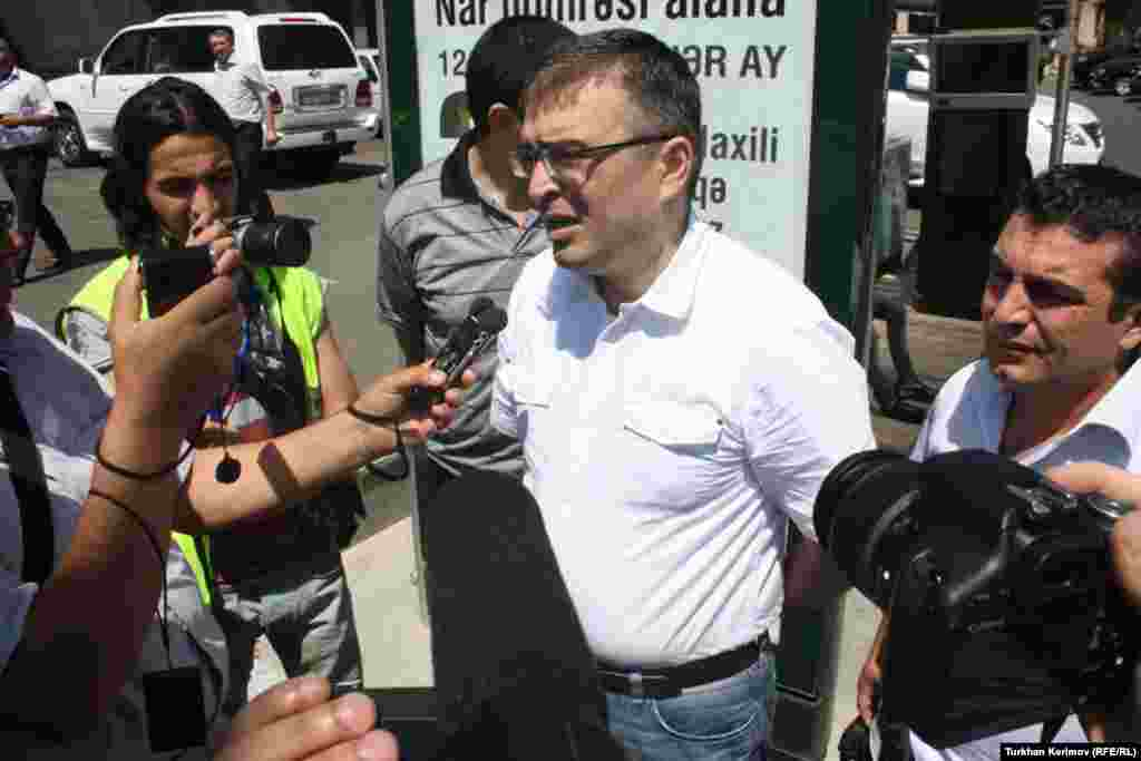 «REAL» Hərəkatının həmsədri İlqar Məmmədov jurnalistlərə müsahibə verərkən