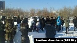 Баспанаға қатысты наразылық жиынына қатысушылар. Астана, 22 желтоқсан 2013 жыл.