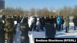Люди на санкционированной властями акции протеста против выселений. Астана, 22 декабря 2013 года.