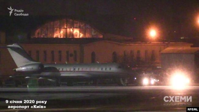9 січня близько третьої ночі журналісти зафіксували, що літак із Оману здійснив посадку в аеропорту «Київ»