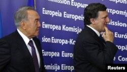 Қазақстан президенті Нұрсұлтан Назарбаев (сол жақта) Еуропа комиссиясының төрағасы Жозе Мануэл Баррозумен кездесу қарсаңында. Брюссель, 26 қазан 2010 жыл.