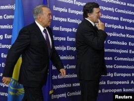 Президент Казахстана Нурсултан Назарбаев ипредседатель Европейской комиссии Жозе Мануэль Барозу направляются взал переговоров. Брюссель, 26 октября 2010 года.