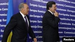 Президент Казахстана Нурсултан Назарбаев и председатель Европейской комиссии Жозе Мануэль Барозу направляются в зал переговоров. Брюссель, 26 октября 2010 года.