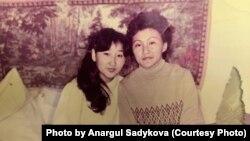 1986 жылғы Желтоқсан оқиғасына қатысқан Алматы тігін фабрикасының 19 жастағы жұмысшысы Анаргүл Садықова құрбысымен бірге жатақхана бөлмесінде. Алматы, 4 сәуір 1987 жыл.
