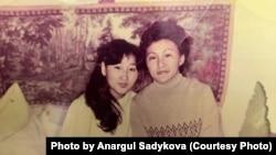 19-летняя работница Алматинской швейной фабрики Анаргуль Садыкова (слева) со своей подругой в общежитии фабрики. Фотография была сделана 4 апреля 1987 года.