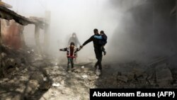 Civilët sirianë duke ikur nga Ghouta Lindore