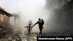 Дамаск түбіндегі Джисрин қаласында әуе шабуылдарынан бас сауғалап бара жатқан тұрғындар. Сирия, 8 ақпан 2018 жыл.