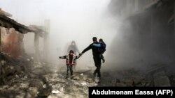 Сириски цивили бегаат од веројатно владино бомбардирање во областа Источна Гута во близина на Дамаск