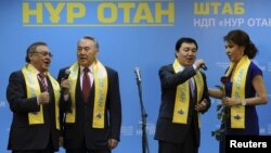 """Президент Нурсултан Назарбаев (второй слева) и его дочь Дарига (справа) поют на встрече с активистами партии """"Нур Отан"""" после парламентских выборов. Астана, 16 января 2013 года., 16Jan2012"""